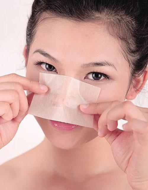 Rửa mặt mỗi tối bằng sữa rửa mặt để loại bỏ chất nhờn trên da mặt