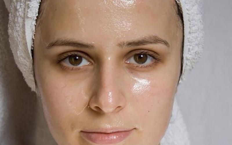 Da dầu dễ bị lên mụn hơn da thường