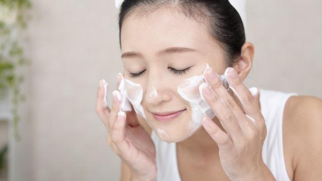 Làm sạch da mặt là bước đầu tiên trong quá trình chăm sóc da