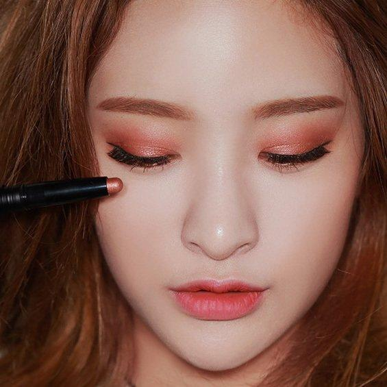cach-trang-diem-mat-bang-son-cuc-dep-khi-thieu-do-makeup